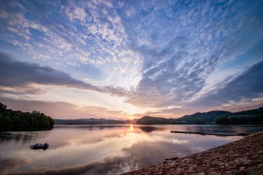 鮮やかな朝日を囲む雲