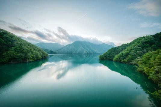 神秘的な朝もやと湖面