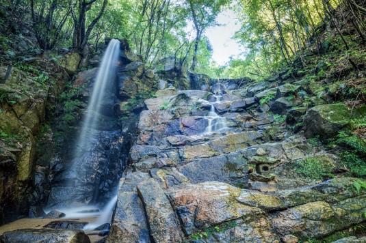 暁明ケ滝の繊細な水の流れ